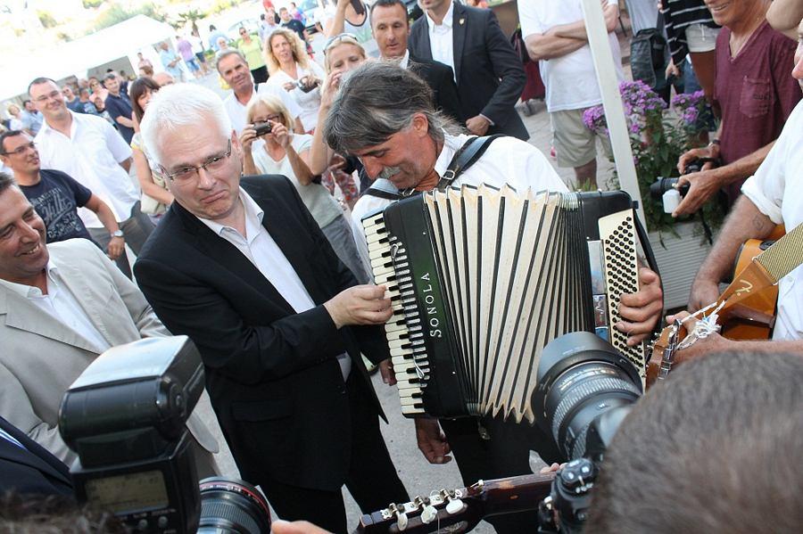 Valeriju Bračanovu iz Tria Korenat pomogao je svirati harmoniku (Foto H. Pavić)