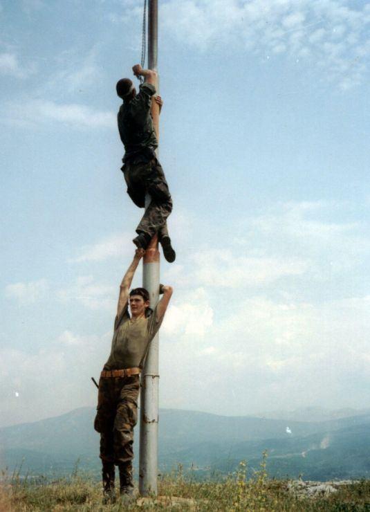 Eduard Baltić i Mario Bilać penjali su se na jabor preko Hadžićevih ramena i ruku