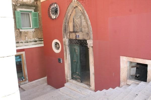 Ulaz u palaču Divnić s gotičkim reljefom (Foto: Hrvoslav Pavić)