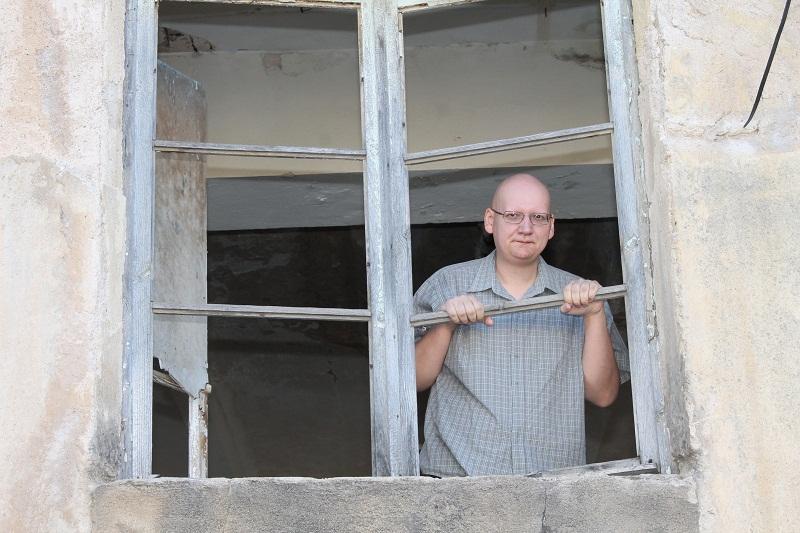 Odvjetnik Nikola Dorbić na jednom od razbijenih prozora Preparandije (Foto: H. Pavić)