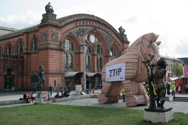 U prosvjedima TTIP predstavljaju u obliku trojanskog konja (foto Facebook)