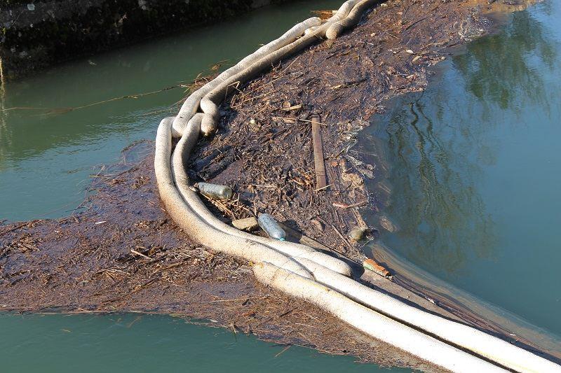 Plutajuća brana uspjeva zadržati tek dio mazuta i drugog smeća. Ostatak plovi Krkom nizvodno... Do Jaruge? (Foto: H. Pavić)