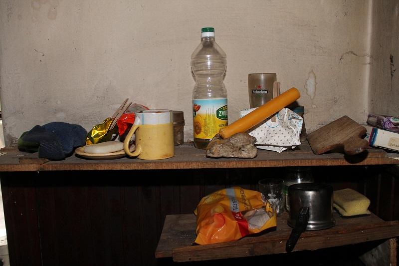Na ovu policu stalo je gotovo sve što Cvjeta i Andrija imaju u kuhinji (Foto: H. Pavić)