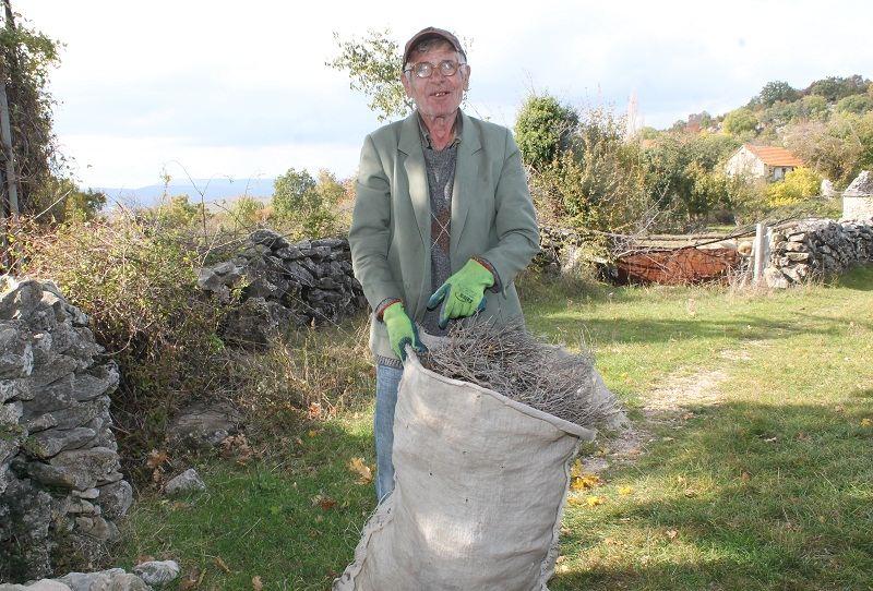 Poluslijepi Andrija Vukša čuva koze, bere smilje i brine o nepokretnoj majci Cvijeti (Foto: H. Pavić)