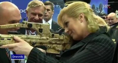 Ilustracija - Predsjednica RH  s nekom puškom (foto: printscreen HTV)
