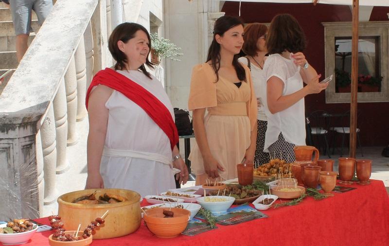 Pred vijećnicom su predstavljeni i antički specijaliteti (Foto: H. Pavić)