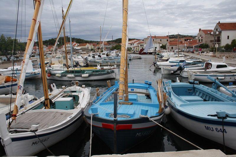 U betinskom portu i danas prevladavaju drveni brodovi lokalnih majstora (Foto: Tris/H. Pavić)