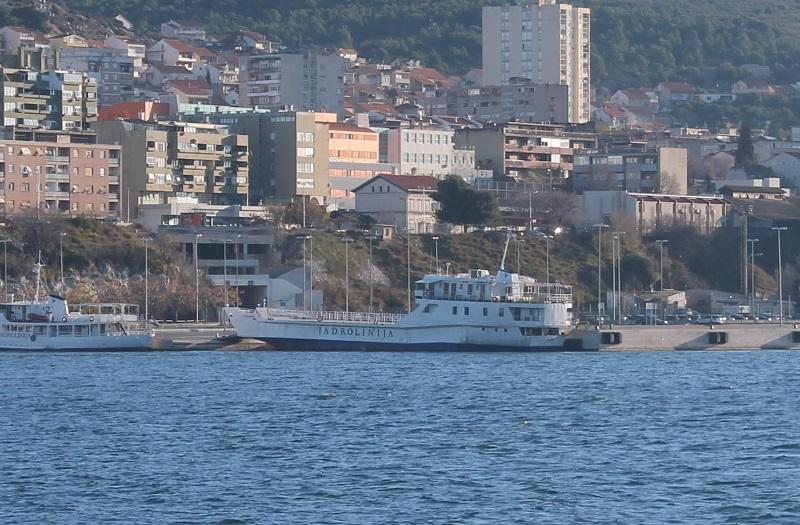 Kapetan Bonaca čvrsto je privezao trajekt za gar Vrulje (Foto: Tris/H. Pavić)