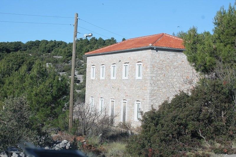 Žirje - zgrada škole zatvorene davne 1975. godine (Foto H. Pavić)