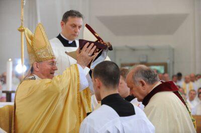 Vojni biskup mons. Jure Bogdan zaređen je za biskupa u crkvi Svetoga Petra u Splitu. Glavni zareditelj bio je splitsko-makarski nadbiskup mons. Marin Barišić.