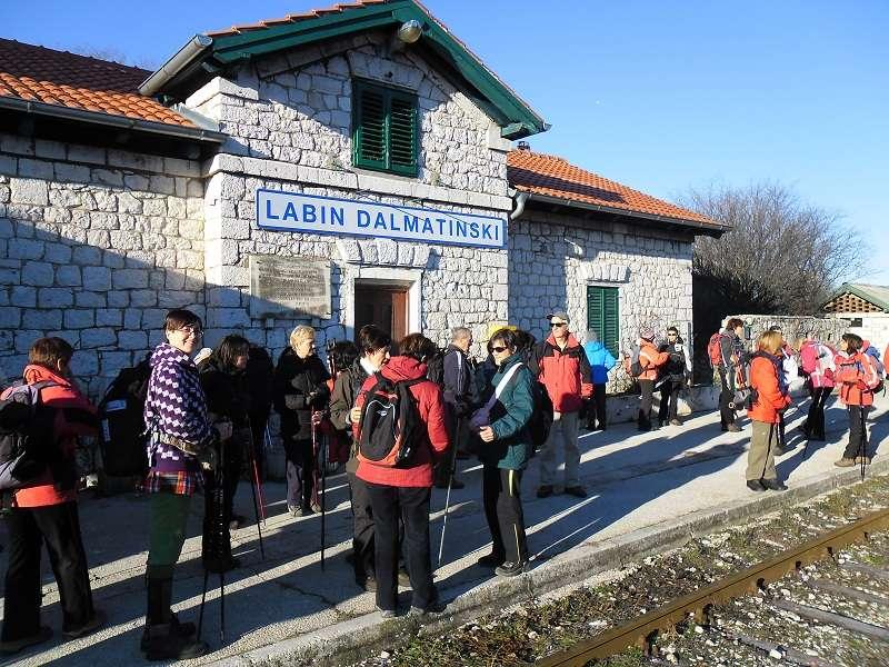 Željezniučka postaja u Labinu Dalmatinskom, polazište za planinarske izlete (foto HPD Kamenar)