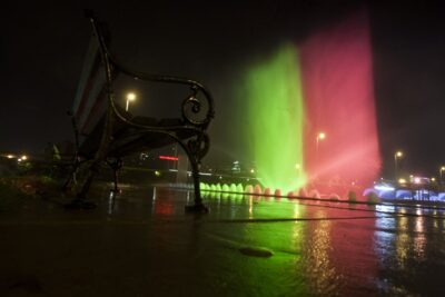 U povodu tragičnih događaja u Bruxellesu, zagrebačke fontane u Ulici Hrvatske bratske zajednice osvijetljene su bojama belgijske zastave (foto HINA/ Daniel KASAP)
