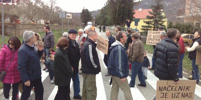 Prosvjed na pješačkom prijelazu u Labinu Dalmatinskom (foto HRT)