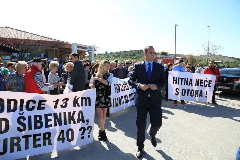 Prosvjed je predvodio načelnik Općine Tisno i saborski zastupnik Ivan Klarin (Foto: H. Pavić/Tris)