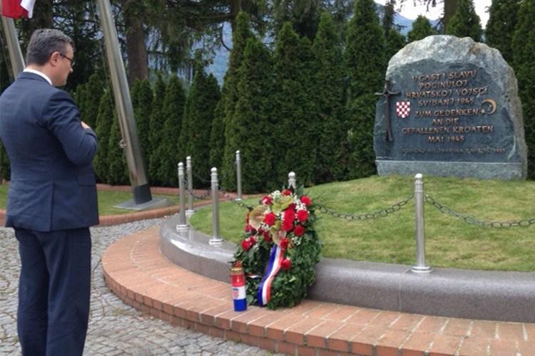 Premijer Orešković poklonio se žrtvama još jučer (Foto: Vlada RH)