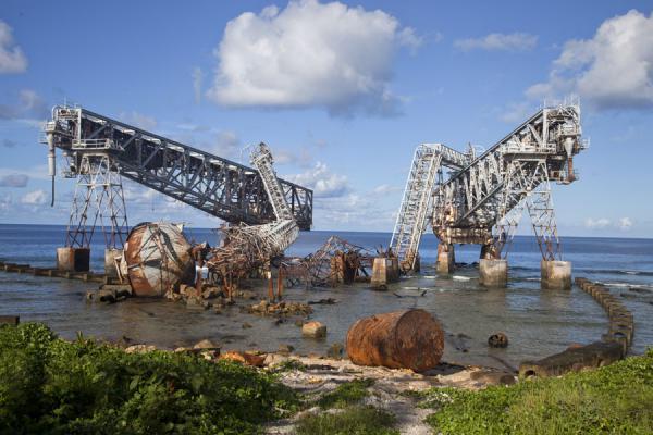 Za propalim rudnicima fosfata ostali su i propale dizalice  (foto Wikipedia)