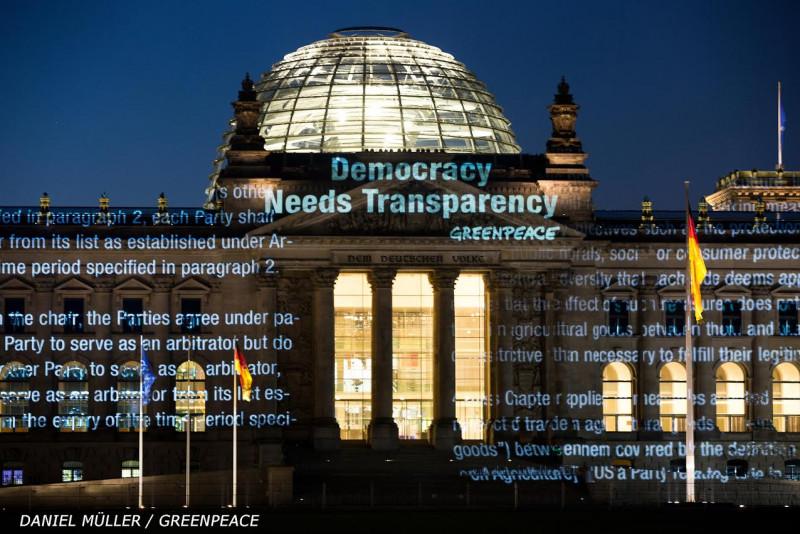 Arhiva: Aktivisti Greenpeacea su svojedobno na zgradi njemačkog parlamenta projicirali dijelove teksta dokumenta, tražeći demokraciju i transparentnost.© Daniel Müller / Greenpeace