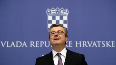 Predsjednik Vlade Republike Hrvatske Tihomir Orešković dao je izjavu za medije u Banskim dvorima.foto HINA/ Damir SENČAR