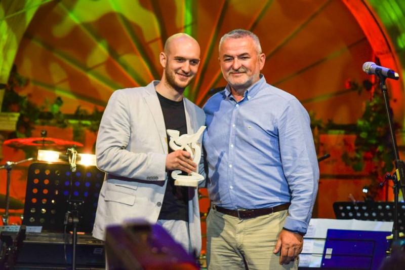 Marko Škugor (lijevo) sa Šansonijerom u rukama (Foto: ŠibenikIN)