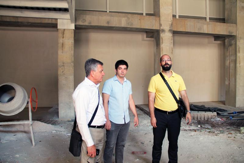 Gradski službenici u posjetu kinu Odeon, u pozadini mješalica za beton (foto Grad Šibenik)