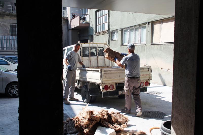 Dvojica radnika ubrzano rade na završetku treće faze uređenja kina Odeon (foto: Grad Šibenik)