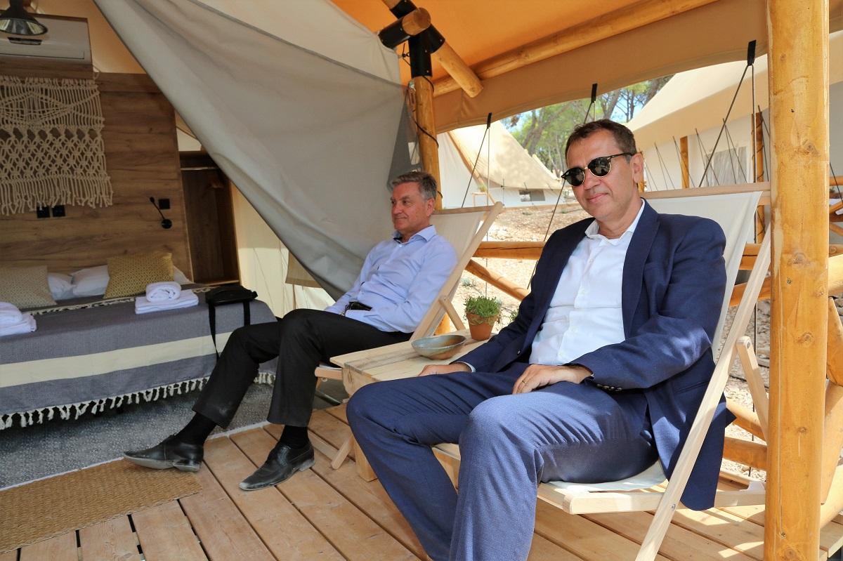 Gradonačelnik Šibenika dr. Željko Burić i pomoćnik ministra turizma Robert Pauletić pred jednim od šatora (Foto: Tris/H. Pavić)