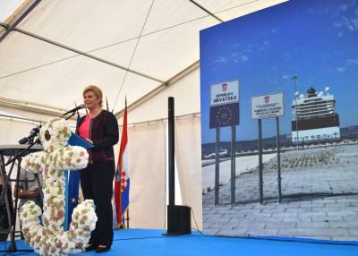 Predsjednica ispred cvjetnog sidra (foto Ured predsjednice)