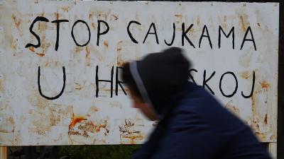 Biciklist prolazi pokraj natpisa (foto TRIS/G. Šimac)