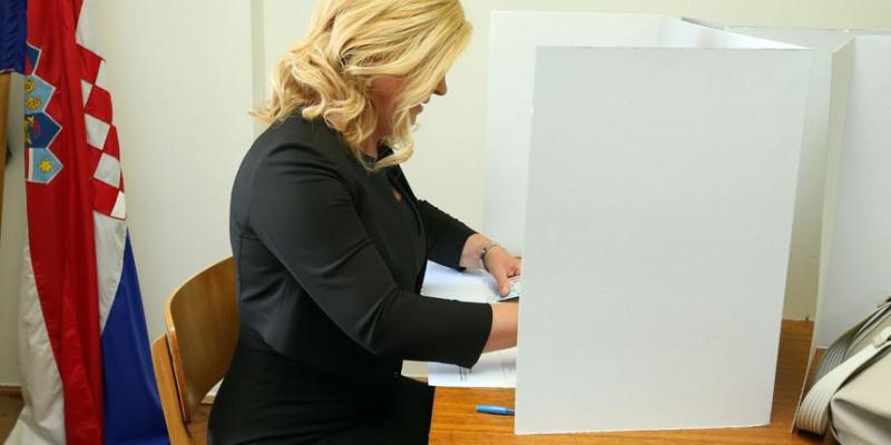 Predsjednica Kolinda Grabar Kitarović mobitelom snimila glasački listić!?