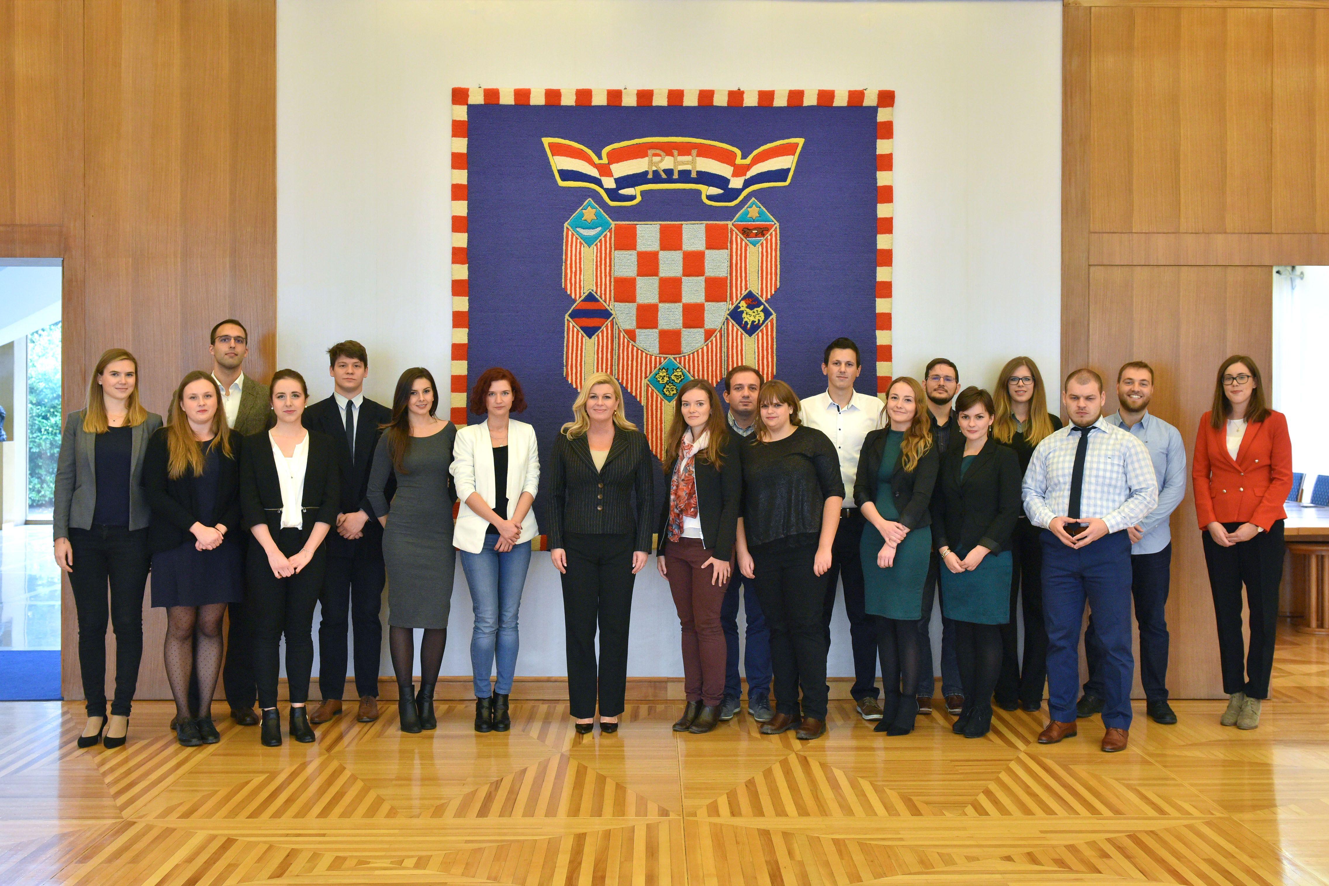 Predsjednica RH i 18 svjetsko-hrvatskih mladih (foto Ured predsjednice)