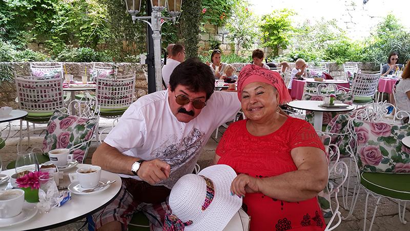 Ilija Menadžer i Esma Redžepova na terasi šibenskog hotela (Foto: TRIS)