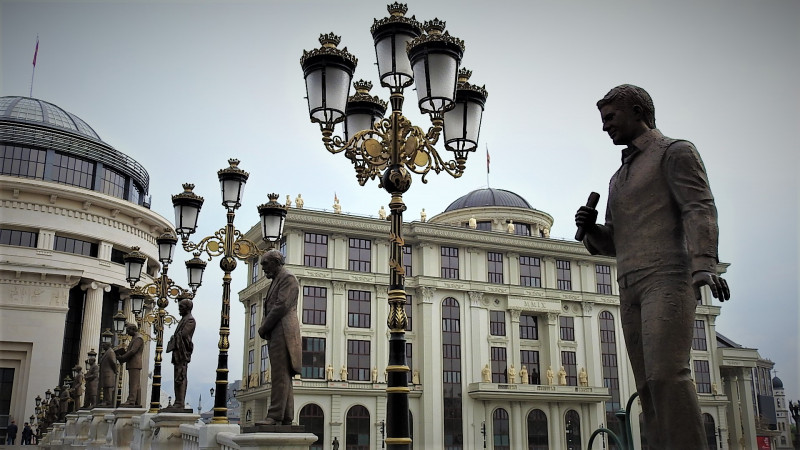 Ilustracija - šuma novih spomenika u Skopju koje je ostavila bivša VMRO vlast (U prvom planu spomenik Toši Proeskom s mikrofonom) (foto TRIS/G. Šimac)