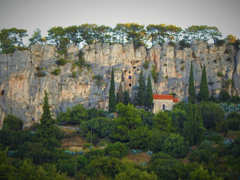 Ilustracija: Klisure na južnoj strani Marjana (foto: TRIS/G. Šimac)