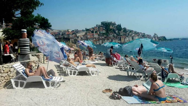 Plaža Banj - ležaljke (foto: Šibenik.in)