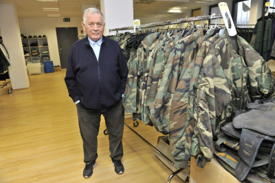 Anton Vrdoljak okružen uniformama koje jamče kako se radi o ozbiljnom projektu, kako pojašnjavaju na HRT-u (foto: HRT)