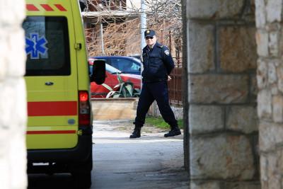Pravda - policija i hitna pomoć ispred doma Anite Kovač i Vinka Gulina (Foto: Tris/H. Pavić)
