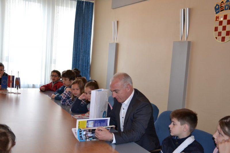 Župan čita slikovnice (foto Šibensko-kninska županija)
