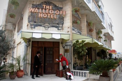 Na ulazu hotela prtljegu ćevam 'ponijeti' majmun (foto banksy.co.uk)