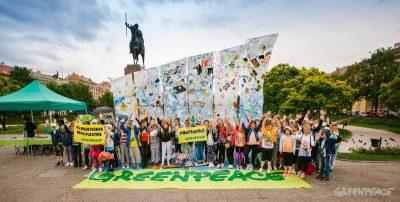 """Instalacija """"Plastični val"""" kao upozorenje na osam milijuna tona plastike koje godišnje bacimo u mora i oceane"""
