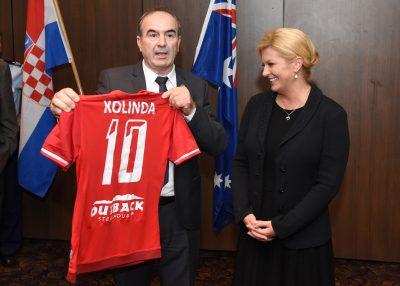 Predsjednica RH je u Australiji dobila nekakav sportski dres na kojem uz broj 10 piše 'Kolinda' (foto predsjednica.hr)