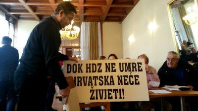 Stipe Petrina i njegov transparent (Foto: TRIS)