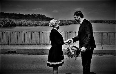 Ilustracija iz arhive - foto: Hina/Tris (Oduševljena K.G.K. i bivši Šešeljev pobočnik A. Vučić na mostu... on joj daje cvijeće)
