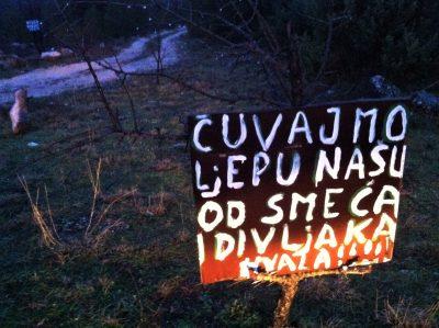 Ilustracija: Prigodni očajnički natpis u Tromilji kod Šibenika (foto TRIS/G. Šimac)