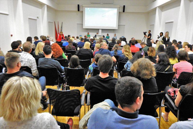 Mnoštvo na predstavljanju knjige  (foto TRIS/G. Šimac)
