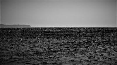 Biševo  (kopno lijevo) jedne zime gledano iz Komiže (foto TRIS/G. Šimac)