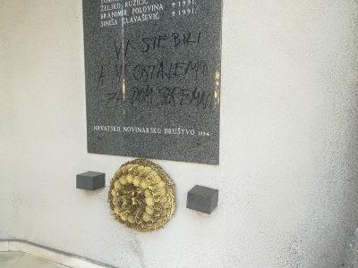 Na zgradi Novinarskog doma na spomen ploči hrvatskim novinarima i tehničarima ubijenima u Domovinskom ratu napisana poruka s ustaškim pozdravom