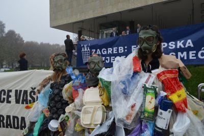 Aktivisti Zelene akcije simbolično su performansom prikazali kako se građani i građanke guše u smeću/Foto: Zelena akcija
