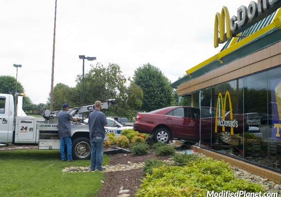 Vic dana: S 2,22 promila se zabila golfom u drive-in hamburgerdžinicu Mc Donald's (FOTO)