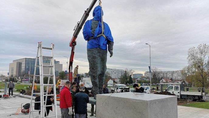 Postavljanje spomenika - foto: HRT/Hrvoje Reder