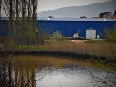 Ilustracija: Crna laguna, a iza nje tvornica DIV (foto TRIS/G. Šimac)
